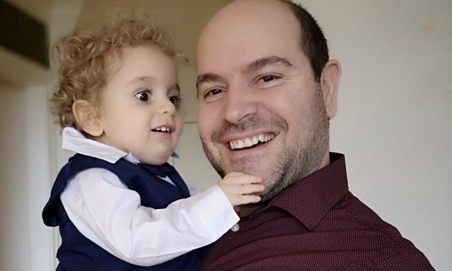 Επιστρέφει νικητής από τη Βοστώνη ο μικρούλης Παναγιώτης-Ραφαήλ