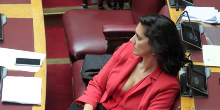 Νόνη Δούνια, η αγαπημένη των φωτογράφων στη Βουλή: Σήμερα στα κατακόκκινα [εικόνες]
