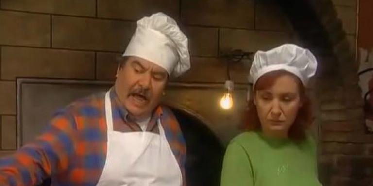 Βασίλης Χαλακατεβάκης: Ο φούρναρης του «Καφέ της Χαράς» ποζάρει ξανά ως Λευτέρης στο Κολοκοτρωνίτσι [εικόνα]