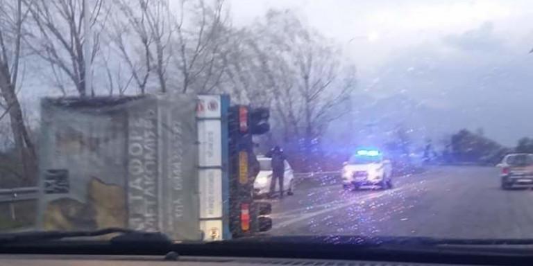 Απίστευτες φωτό από την Ξάνθη - Ο άνεμος τούμπαρε φορτηγά σαν χάρτινα κουτιά