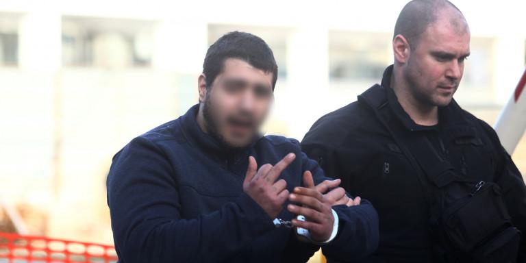 Δολοφονία Τοπαλούδη: Προκλητικός στη δίκη ο κατηγορούμενος -Υψωσε το μεσαίο δάχτυλο [εικόνες]