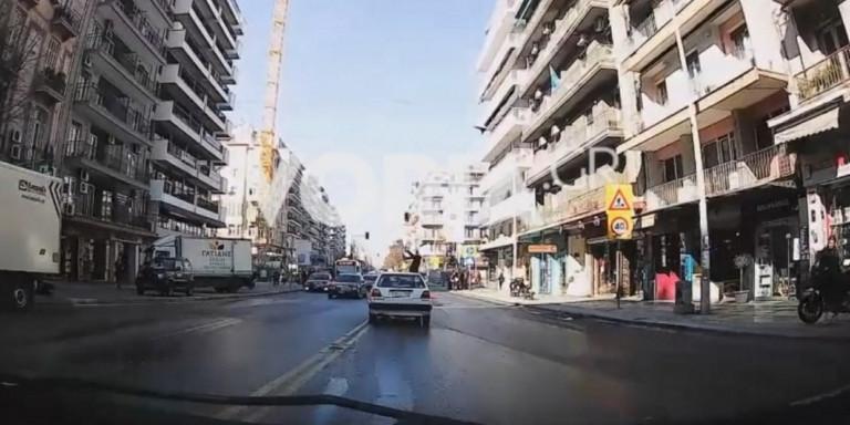 Βίντεο-σοκ από τροχαίο στη Θεσσαλονίκη: Αυτοκίνητο χτυπάει γυναίκα και την «πετάει» στον αέρα