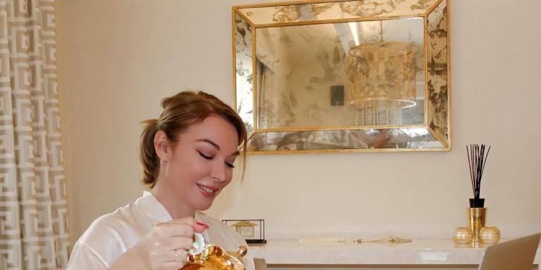 Η Τατιάνα Στεφανίδου δείχνει πώς με μια χρυσή Zara τσαγιέρα μπορείς να δώσεις άλλο στιλ στο πρωινό σου