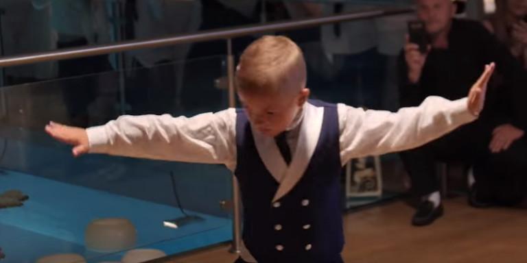 Πιτσιρικάς χορεύει ζεϊμπέκικο στο γάμο της αδερφής του και τους αφήνει όλους άφωνους [βίντεο]