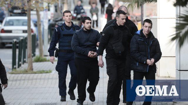 Δολοφονία Τοπαλούδη: Αμετανόητος και στη δίκη ο δολοφόνος, ύψωσε το μεσαίο δάχτυλο στους δημοσιογράφους