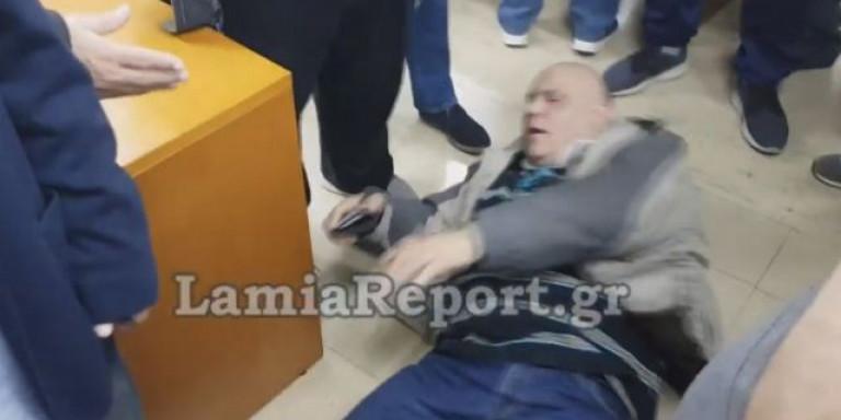 Επικό βίντεο στη Λαμία: Τον κλώτσησε, το σκέφτηκε και... σωριάστηκε στο πάτωμα