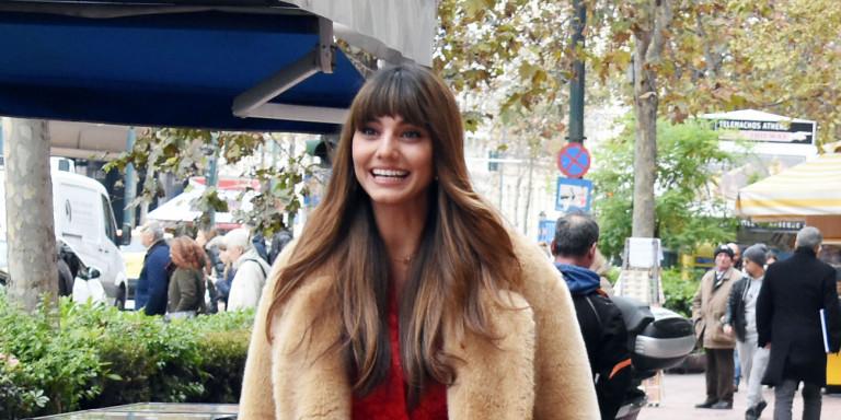 Ηλιάνα Παπαγεωργίου: Απάντησε στις φήμες περί εγκυμοσύνης ξεκουμπώνοντας το παλτό της