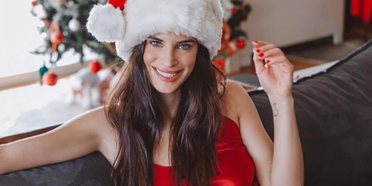 Χριστίνα Μπόμπα: Αγιοβασιλίτσα-κόλαση μπροστά στο χριστουγεννιάτικο δέντρο [εικόνα]