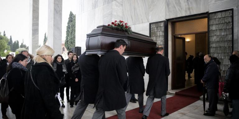 Θάνος Μικρούτσικος: Σε λαϊκό προσκύνημα αυτή την ώρα η σορός του [εικόνες]