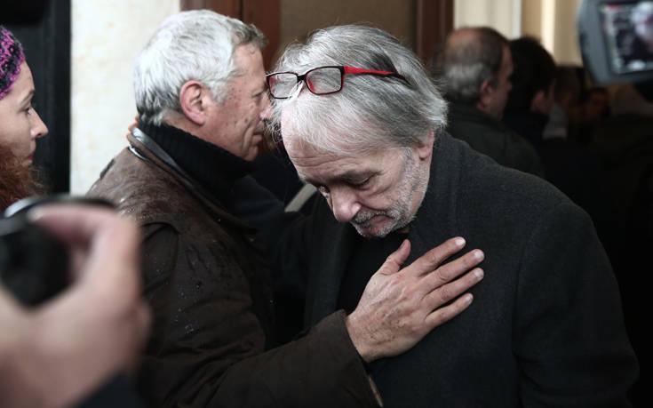 Θάνος Μικρούτσικος: Συντετριμμένος ο Ανδρέας Μικρούτσικος στην κηδεία του αδελφού του