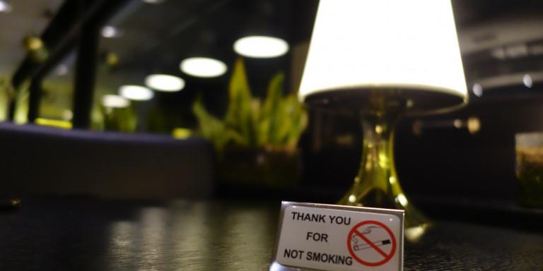Τρίκαλα: Ιδιοκτήτης καφετέριας βρήκε τρόπο για να μη χάσει τους καπνιστές πελάτες του [εικόνα]