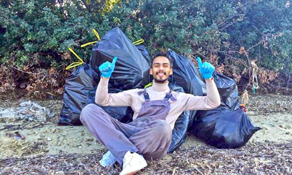 Έλληνας πήρε γάντια και σακούλες και καθάρισε μια ολόκληρη παραλία