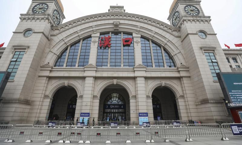 Μεταλλικά φράγματα εμποδίζουν την πρόσβαση σε σιδηροδρομικό σταθμό στο Βουχάν της κεντρικής Κίνας.