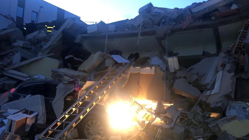 Αυτοκίνητα χάθηκαν κάτω από τα ισοπεδωμένα κτίρια