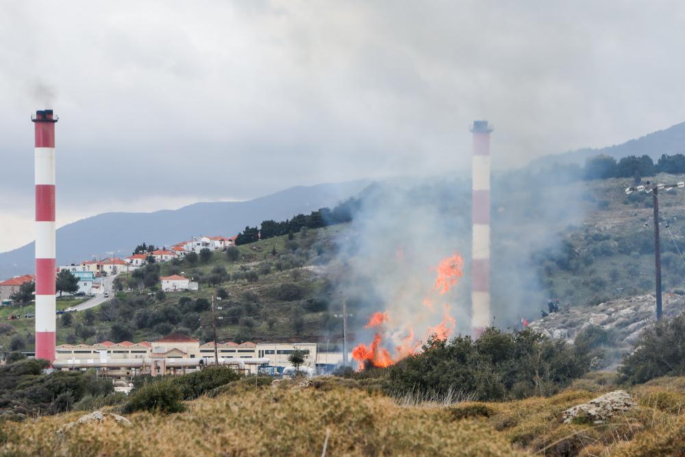Φωτιά κοντά σε εργοστάσιο της ΔΕΗ στη Λέσβο