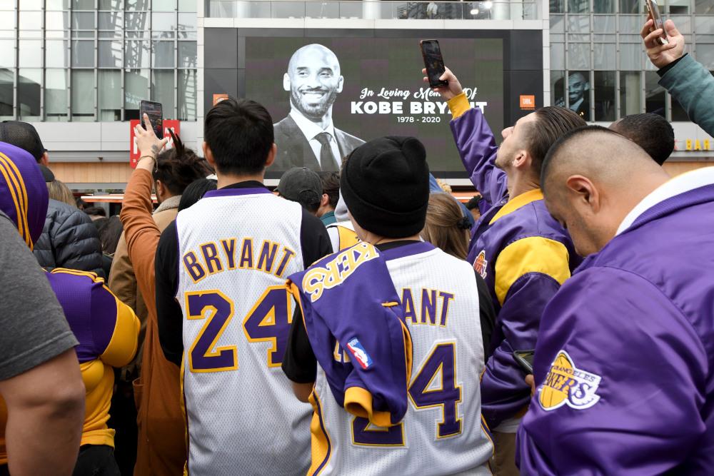 Φίλαθλοι με φανέλες του Κόμπι Μπράιαντ έξω από το Staples Center