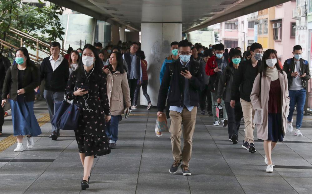 Κόσμος περπατά με ιατρικές μάσκες