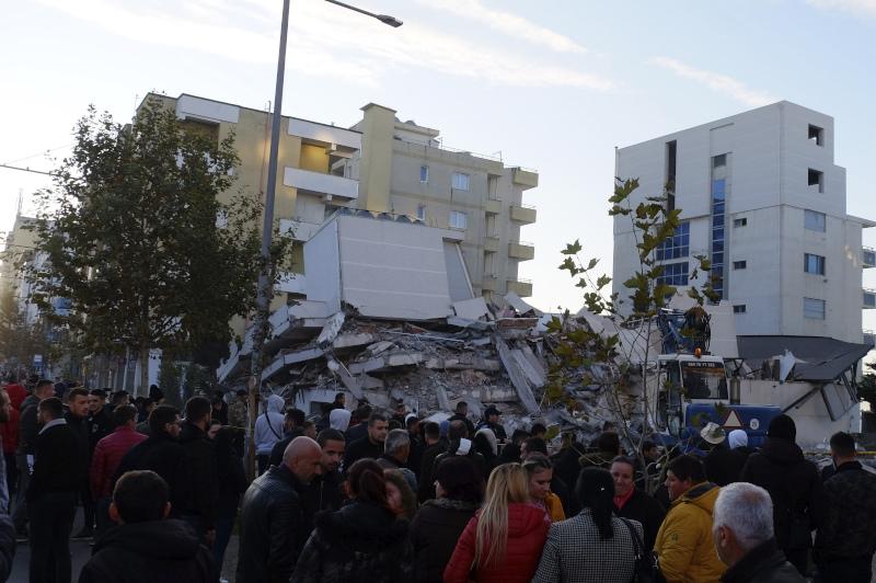 Πλήθος κόσμου μπροστά από κτίριο που κατέρρευσε από τον σεισμό