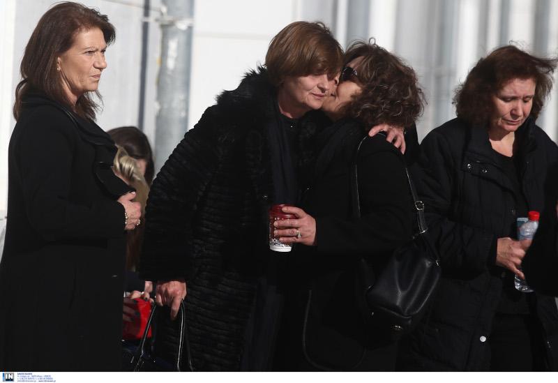 Οι δύο μητέρα που έχασαν τα παιδιά τους έξω από το Μικτό Ορκωτό Δικαστήριο της Αθήνας