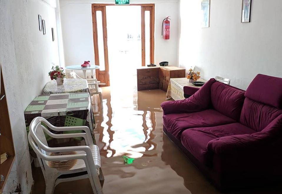 Σαλόνι πλημμυρισμένο με καναπέ και τραπέζια