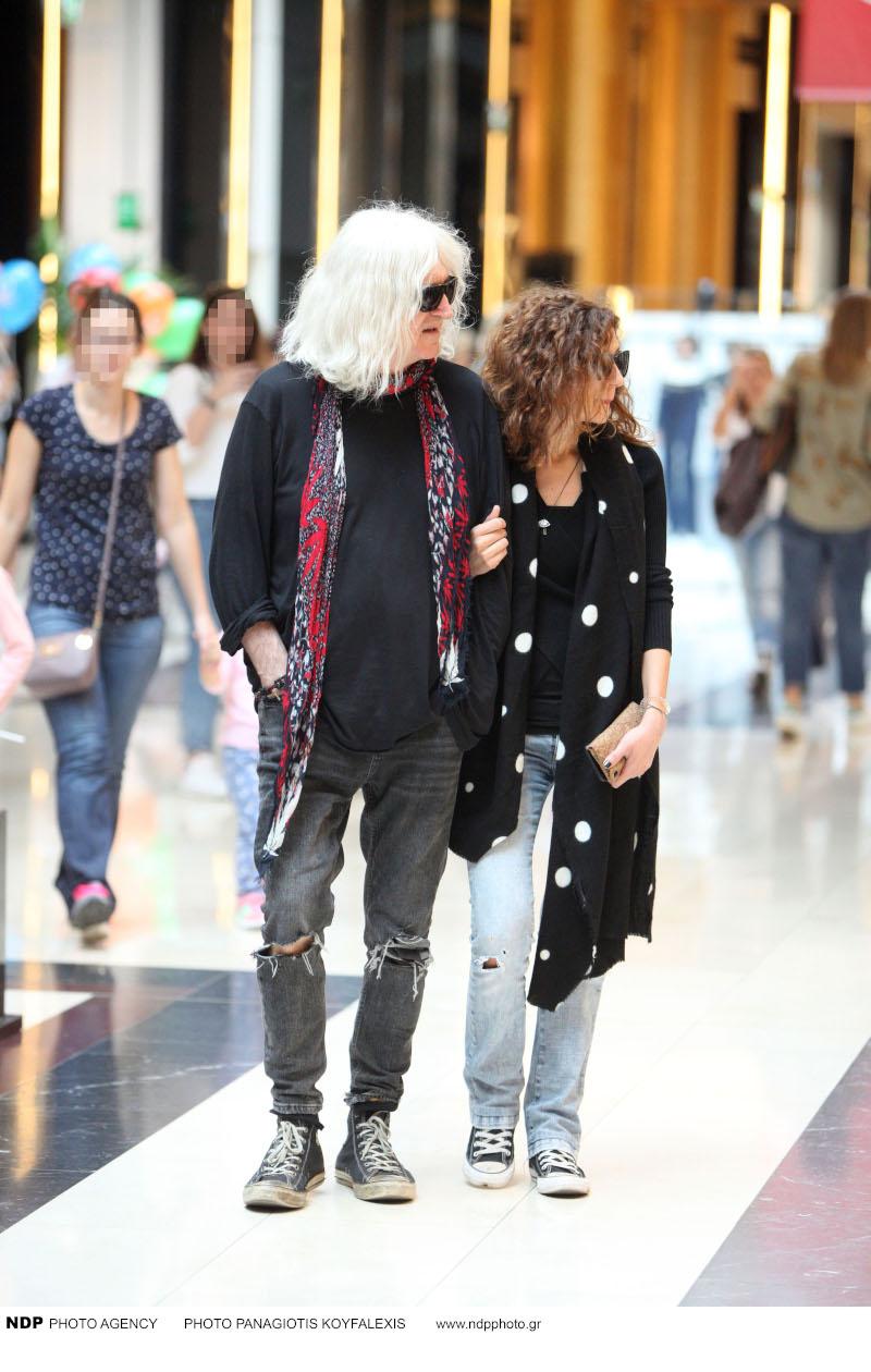 Ο συνθέτης βρέθηκε μαζί με την αγαπημένη του σε μεγάλο εμπορικό κέντρο στο Μαρούσι / Φωτογραφία: NDP